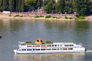 2001. augusztus 15. Korona utaztatása Esztergomba. Hajó. Fotó: Teknõs Miklós